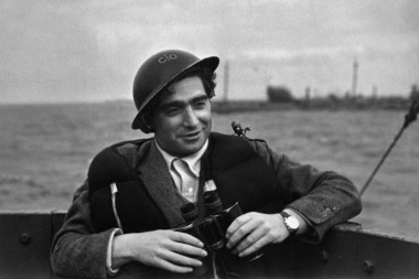 Angleterre.Robert CAPA.photographer on a destroyer during the ship arrivals in French beach for landings and liberation of Fance.