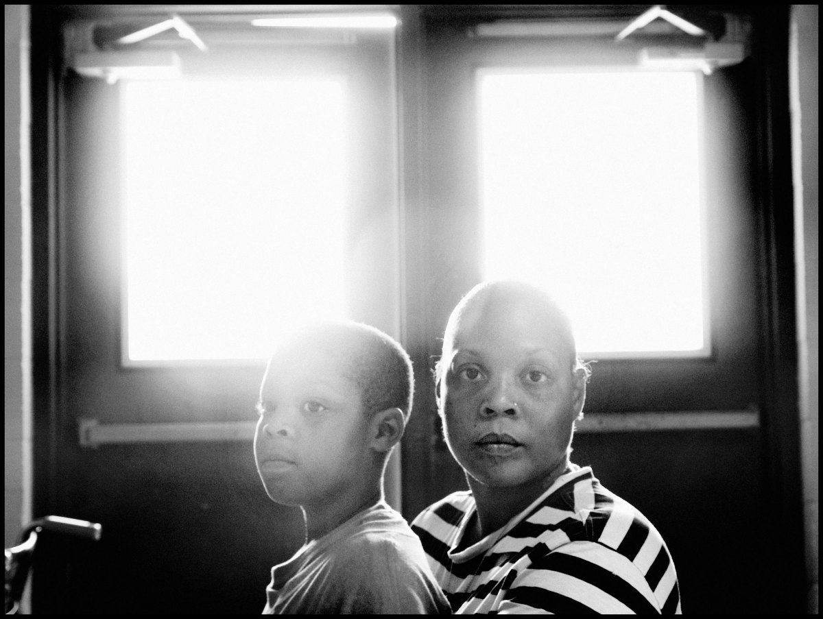 USA. Louisiana. 2005. Bayou Black Recreation Center. Ochame RILEY and her son Damone DAVIS at a shelter set up for flood refugees.