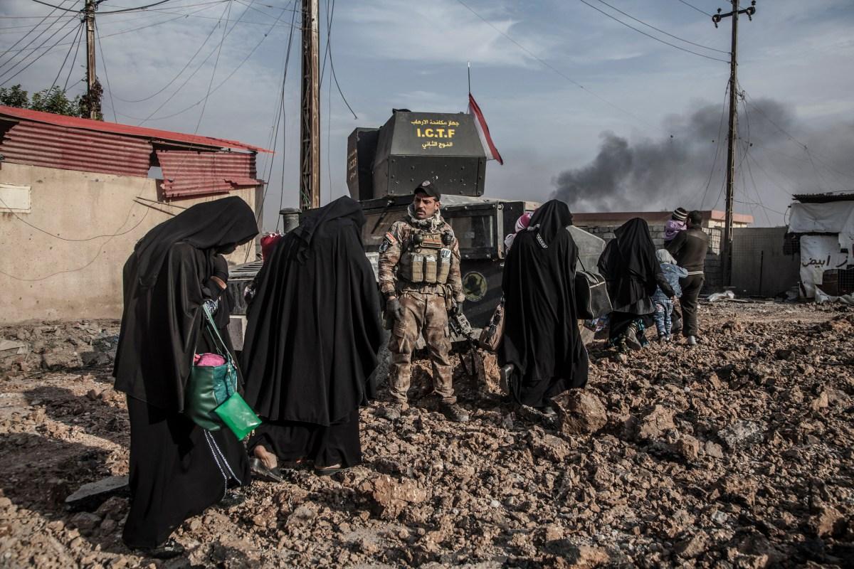 Quartier Saddam, Mosul, le 8 novembre 2016 Le major Salam (Jassem Hussein Al Obeid) commande les opérations des forces spéciales de Isof 1 et Isof 3 (Golden Division, ICTF) dans le quartier Saddam, encore occupé par Daesh. Les habitants sont invités à déménager dans un quartier stabilisé quand des éléments de la Golden Division établissent une position qui rend leur immeuble dangereux, ou lorsque qu'elle est dans une rue ou des échanges de tirs sont en cours. Terrés chez eux, beaucoup de civils sont terrorisés par le bruit des combats qui les entourent depuis deux jours. Photo Laurent Van der Stockt / Le Monde Mosul, November 8, 2016 The Iraqis Special Operations Forces ( Isof 1, ISF), ( Major Salam Jassem Hussein Al Obeid) in Saddam, a eastern district of Mosul. Photo Laurent van der StocktQuartier Saddam, Mosul, le 8 novembre 2016 Le major Salam (Jassem Hussein Al Obeid) commande les opérations des forces spéciales de Isof 1 et Isof 3 (Golden Division, ICTF) dans le quartier Saddam, encore occupé par Daesh. Les habitants sont invités à déménager dans un quartier stabilisé quand des éléments de la Golden Division établissent une position qui rend leur immeuble dangereux, ou lorsque qu'elle est dans une rue ou des échanges de tirs sont en cours. Terrés chez eux, beaucoup de civils sont terrorisés par le bruit des combats qui les entourent depuis deux jours. Photo Laurent Van der Stockt / Le Monde Mosul, November 8, 2016 The Iraqis Special Operations Forces ( Isof 1, ISF), ( Major Salam Jassem Hussein Al Obeid) in Saddam, a eastern district of Mosul. Photo Laurent van der Stockt