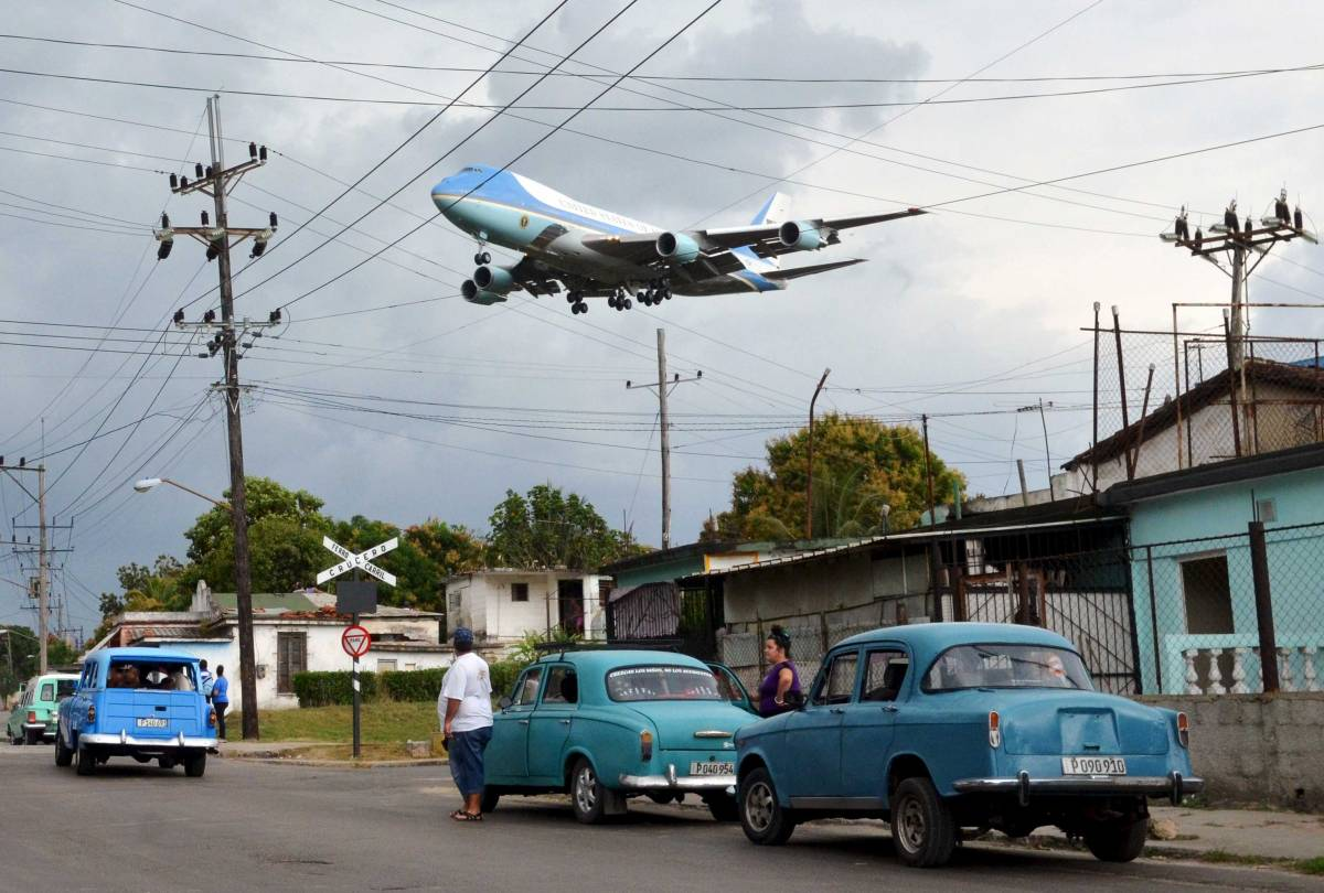 Air Force One carrying Obama and his family flies over a neighborhood of Havana as it approaches the runway to land at Havana's international airport