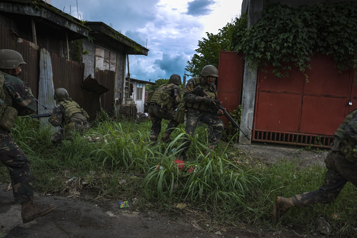Soldiers take positions while evading sniper fire as they try to clear Marawi City of militants on May 25, 2017. Jes Aznar—Getty Images
