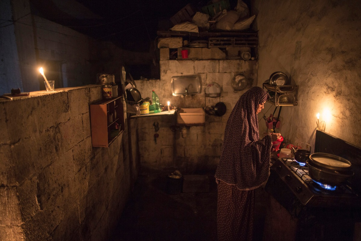 Eman Darabi 32, cooks food in the kitchen for her children in Beit lahyia northern gaza strip on on September 14, 2015 during a power outage. Residents of Gaza, home to 1.8 million people, have been experiencing up to 15 hours of electricity outage a day for the past two weeks due to fuel and power shortages.