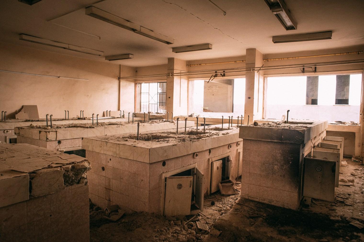 emanuele-satolli-raqqa-syria-reconstruction-chemistry-lab